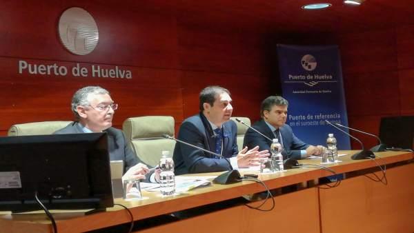 En el centro, el presidente del puerto de Huelva, José Luis Ramos.