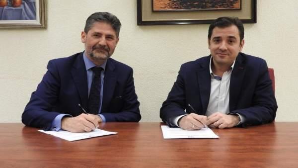 López (dcha.) y Cañadilla firman el acuerdo