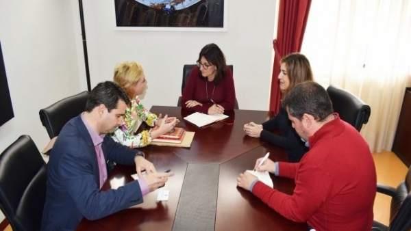 Dirigentes del PSOE de Huelva con la rectora de la UHU, Antonia Peña.