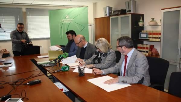 Autoridades durante la firma del documento