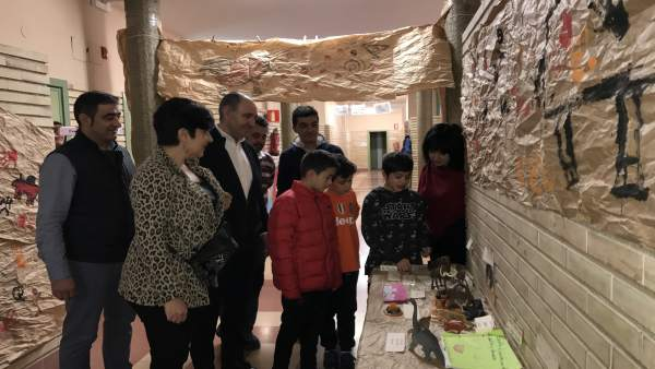 Solana junto al alcalde Caparroso y el director del CP Virgen del Soto