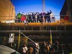 Vecinos del Poble Sec denuncian un desahucio ocupando una obra de un fondo de inversión