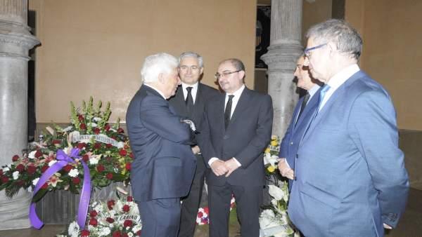 El presidente de Aragón y otras autoridades en la capilla ardiente de Gastón.
