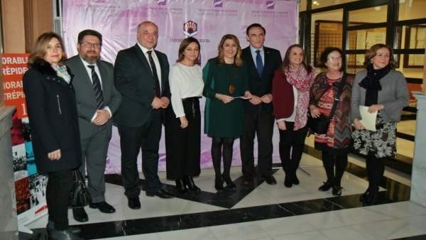 Susana Díaz posa junto al resto de autoridades en la exposición