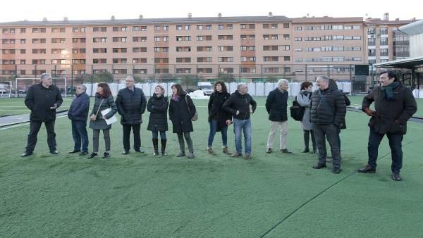 Visita del Ayuntamiento de Pamplona al campo de fútbol 'El Irati'.