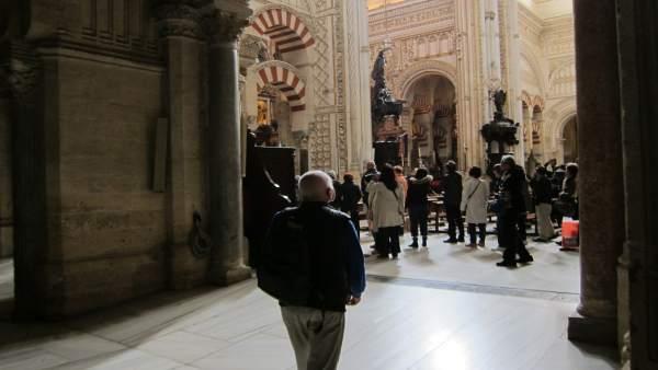Turistas en el interior de la Mezquita-Catedral