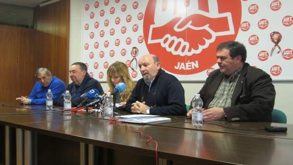 El secretario general de UGT-Jaén, Manuel Salazar (2d), en la rueda de prensa.