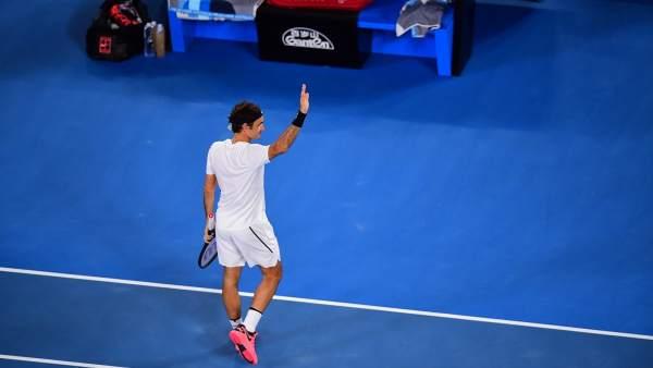 Roger Federer saluda al público