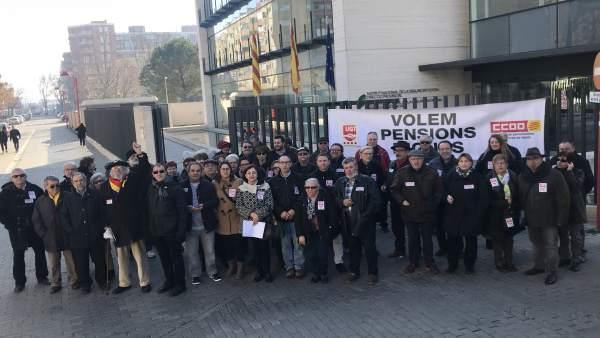 Concentración de jubilados en las oficinas del INSS de Lleida