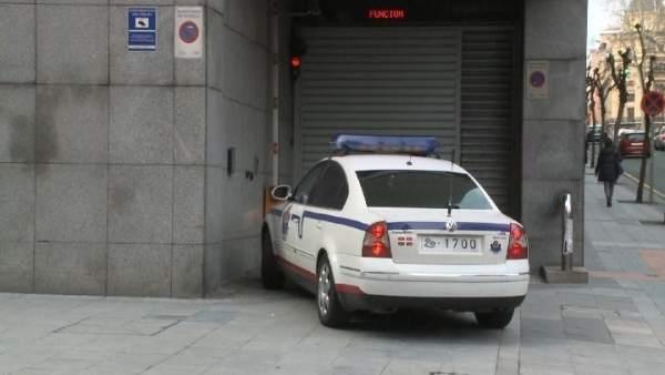 Vehículo de la Ertzaintza entrando en el Palacio de Justicia de Bilbao