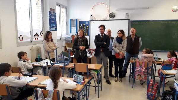 Fernández visita el CEIP Miguel Servet de Balerma