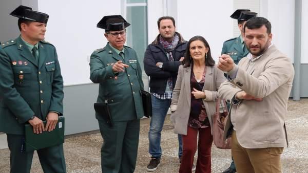 La subdelegada del Gobierno, Asunción Grávalos, visita un cuartel.