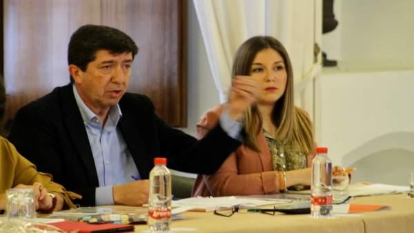 Juan Marín, junto a Raquel Morales, en la reunión con 'Jaén merece más'.