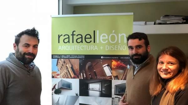 Mayoral (centro) visita la firma León Domínguez