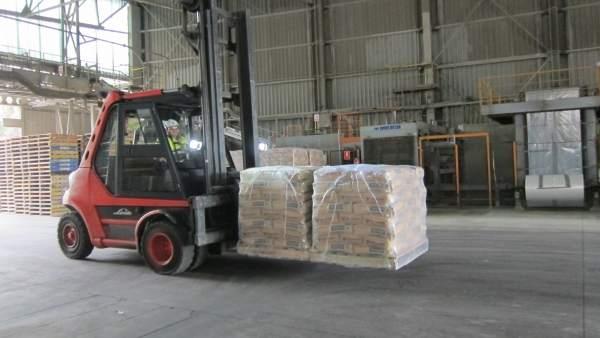 Un trabajador de la factoría de Cosmos en Córdoba transporta sacos de cemento.