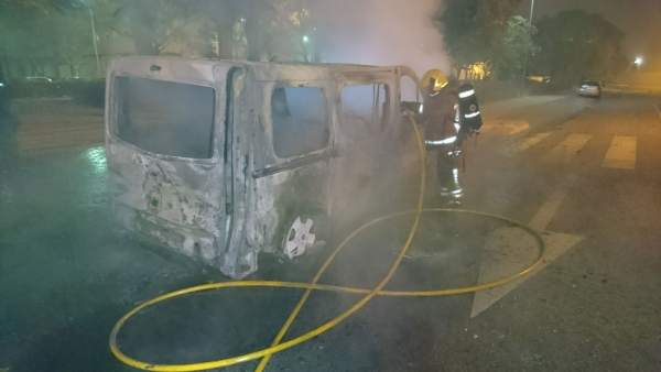 Cremen dos vehicles en el carrer Riu Vinalopó d'Aldaia (València)