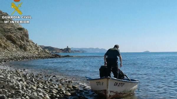 Arriba una pastera amb almenys tres immigrants a les costes de Calp (Alacant)