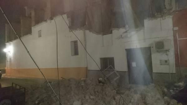 L'afonament d'una casa abandonada a Vallés obliga a desallotjar als amos d'una confrontant