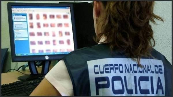 Agente de la Policía Nacional visiona documentos