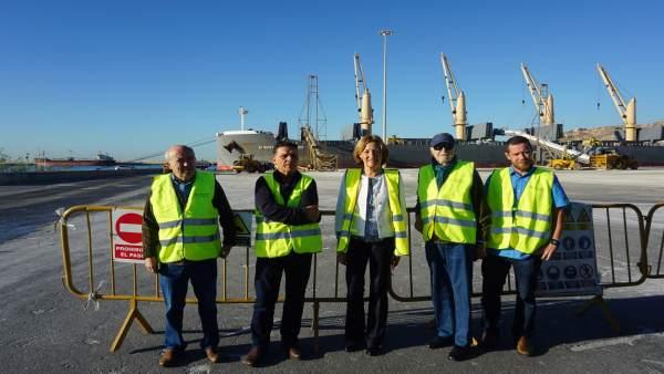 La presidenta de la APA visita la zona de carga del puerto