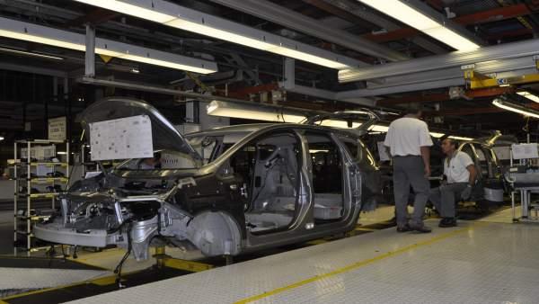 Trabajadores de Opel en la planta zaragozana de Figueruelas.
