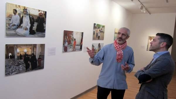 Alberto Prieto muestra sus imágenes al concejal Julio López