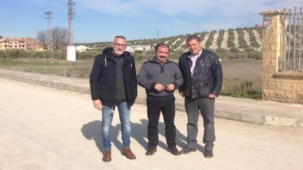 Castro informa sobre las obras en la carretera entre Escañuela y Villardompardo.