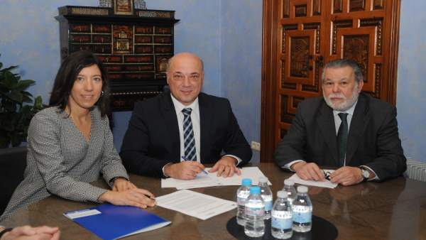 Antonio Ruiz (centro) rubrica las operaciones de crédito