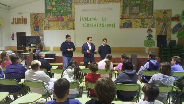 López (centro), en su encuentro con los alumnos