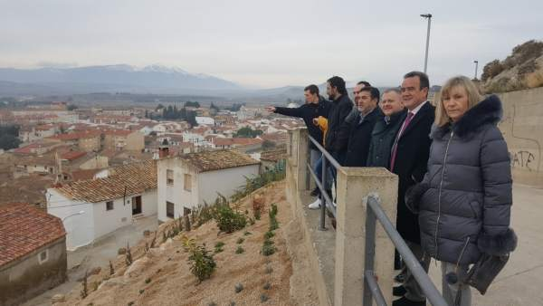 Sánchez Quero ha visitado la nueva zona ajardinada del castillo de Borja