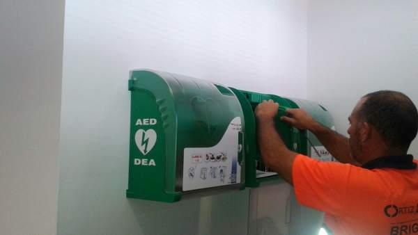 Estepona instala desfibriladores en equipamientos deportivos