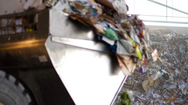 Montaña de papel y cartón para reciclar