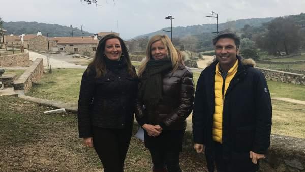 Rosario Alarcón, Andrés Lorite y María Trinidad Moreno en la aldea El Cerezo