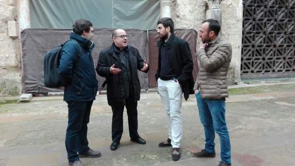 Jiménez Güeto habla con los arqueólogos ante la segunda puerta de la Mezquita