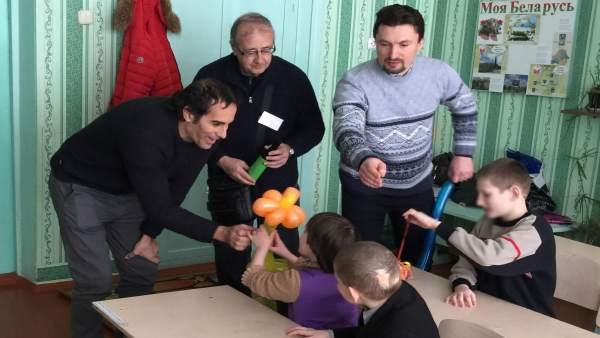 Hidalgo (izda.) con algunos de los niños bielorrusos
