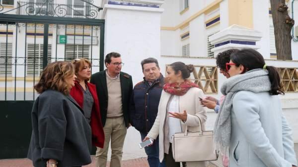 Dirigentes del PP visitan el comedor de un colegio de Cartaya.
