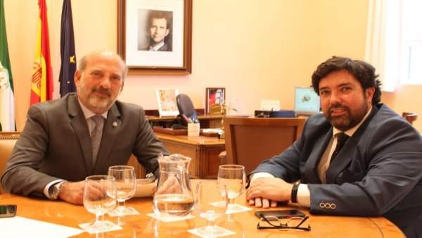 El subdelegado del Gobierno se reúne con el alcalde de Lora del Río (Sevilla)