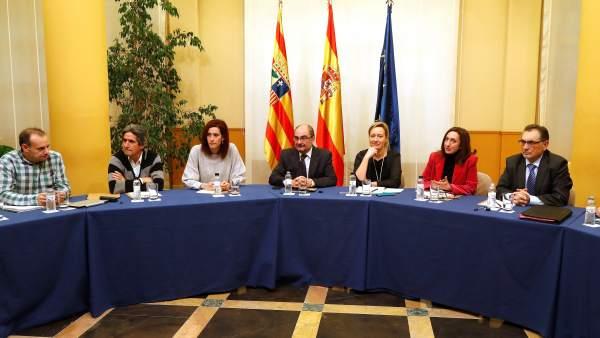 Miembros del Gobierno de Aragón, con su presidente Javier Lambán a la cabeza, junto al director general de Opel España y director de la planta de Figueruelas (Zaragoza), durante la reunión que han mantenido hoy tras la ruptura de las negociaciones del convenio colectivo en la planta.