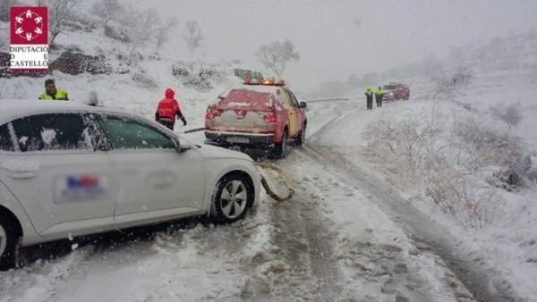 La neu obliga a l'ús de cadenes als Ports i bombers ajuden vehicles amb problemes