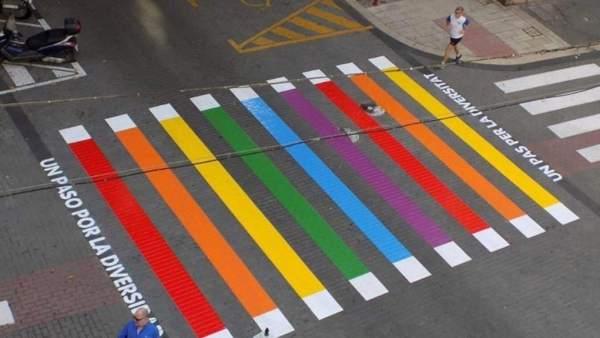 Paso de cebra pintado en Denia por el Orgullo LGTBI