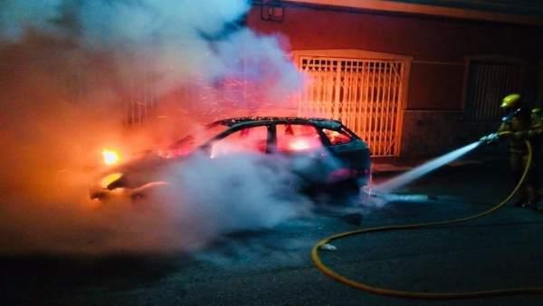 El coche incendiado en Dolores