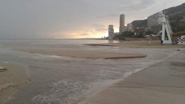 Playa de l'Albufereta esta tarde tras el paso de la tormenta