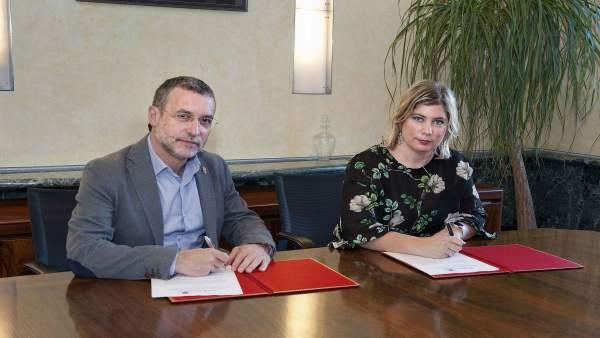 Miguel Laparra y la alcaldesa de Lekunberri, Natalia Azcona, firman el acuerdo