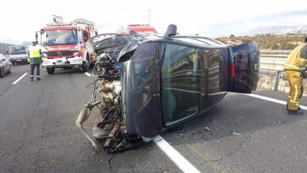 Rescaten una dona després de bolcar amb el seu cotxe en l'A7 a Elx