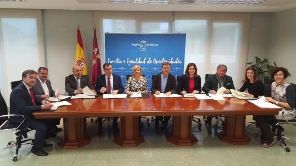 Firma del acuerdo entre consejería de Igualdad de Oportunidades y ayuntamientos