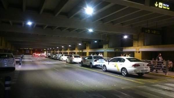 Taxis en el aeropuerto de Sevilla.