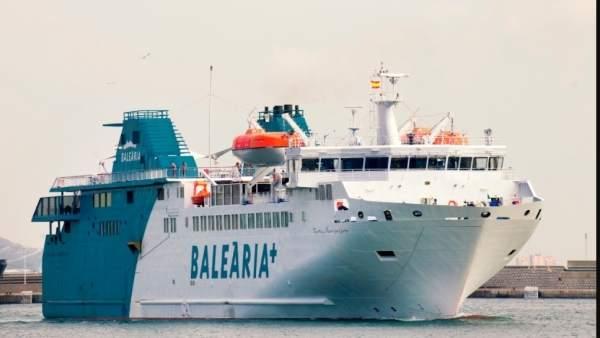 Barco de Balearia en El Estrecho