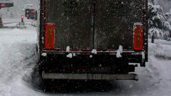 Un camión parado en las proximidades del peaje del Túnel del Cadí, en la Cerdanya, a causa de la nieve, que ha obligado a restringir el paso de vehículos.