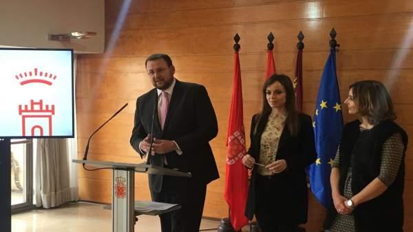 El edil José Guillén en la rueda de la Junta con Rebeca Pérez y Conchita Ruiz