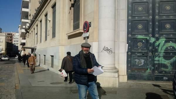 Pedro Jiménez, delante del edificio del Banco de España.